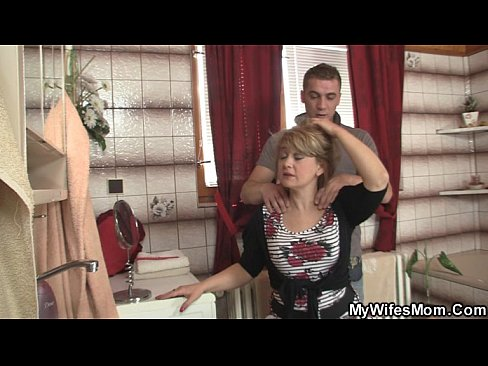 Slimme jongen neukt juffrouw kapot
